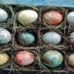 Πολύχρωμα πασχαλινά αυγά.